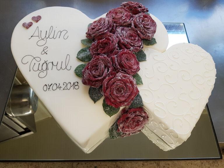 Hochzeitstorte in Doppelherzform