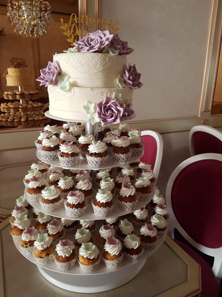 Hochzeitstorte mit Rosen und extra Muffins