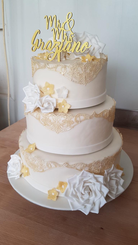 Hochzeitstorte mit gelb/weissen Blumen