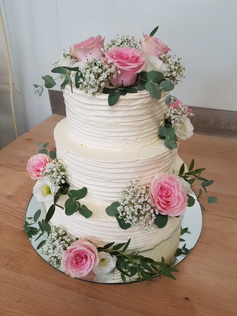 Hochzeitstorte mehrstöckig mit Blumenstrauss