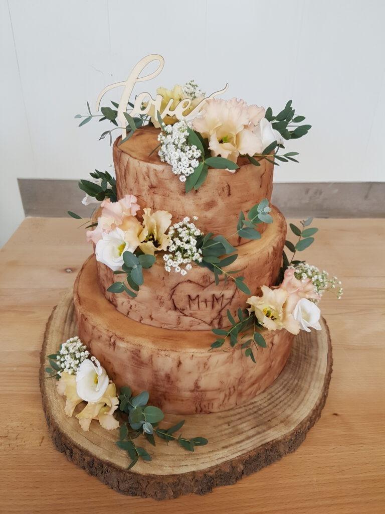 Hochzeitstorte mehrstöckig braun mit Blumen