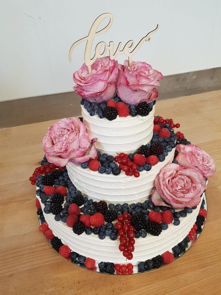 Hochzeitstorte mit Rosen und Waldfrüchten