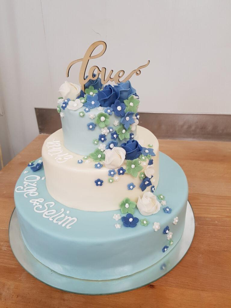 Hochzeitstorte mehrstöckig in blau/weiss