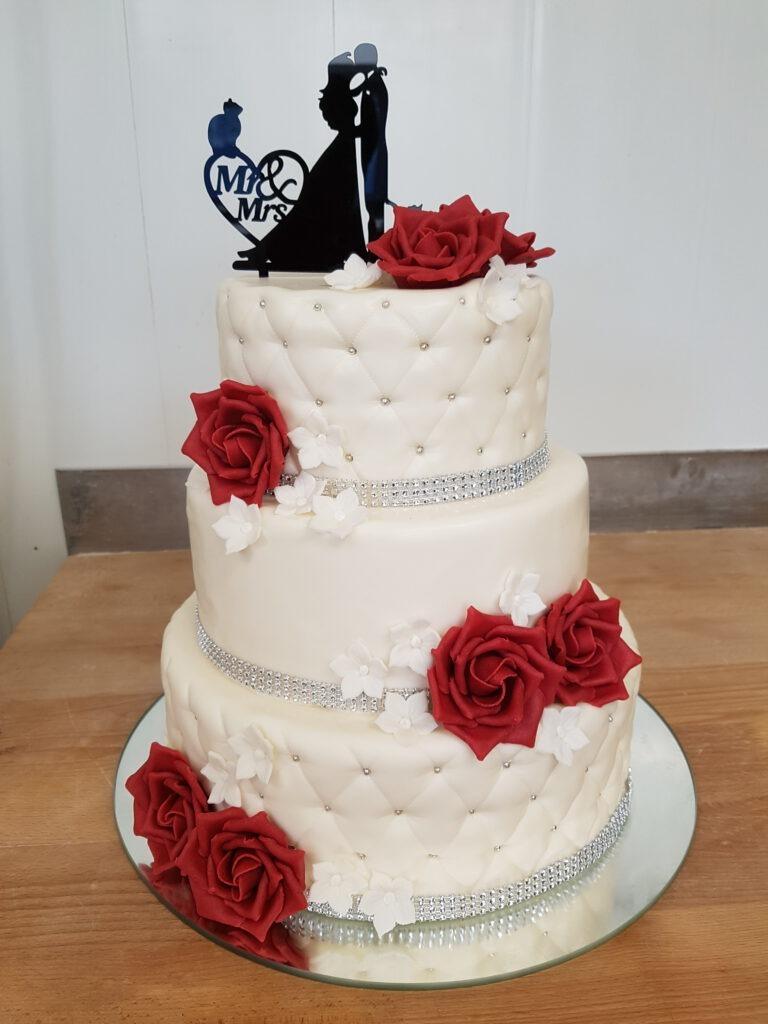 Hochzeitstorte weiss mit Rosen