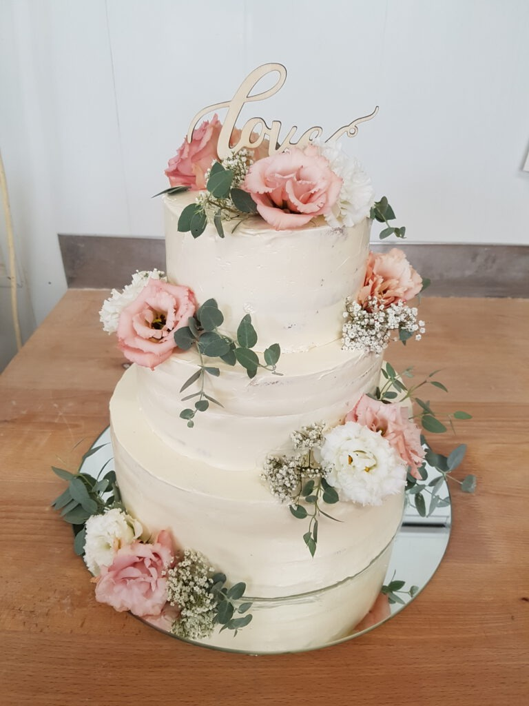 Hochzeitstorte weiss mit Blumen
