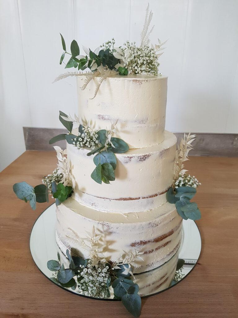Hochzeitstorte mit Blumen und Blättern