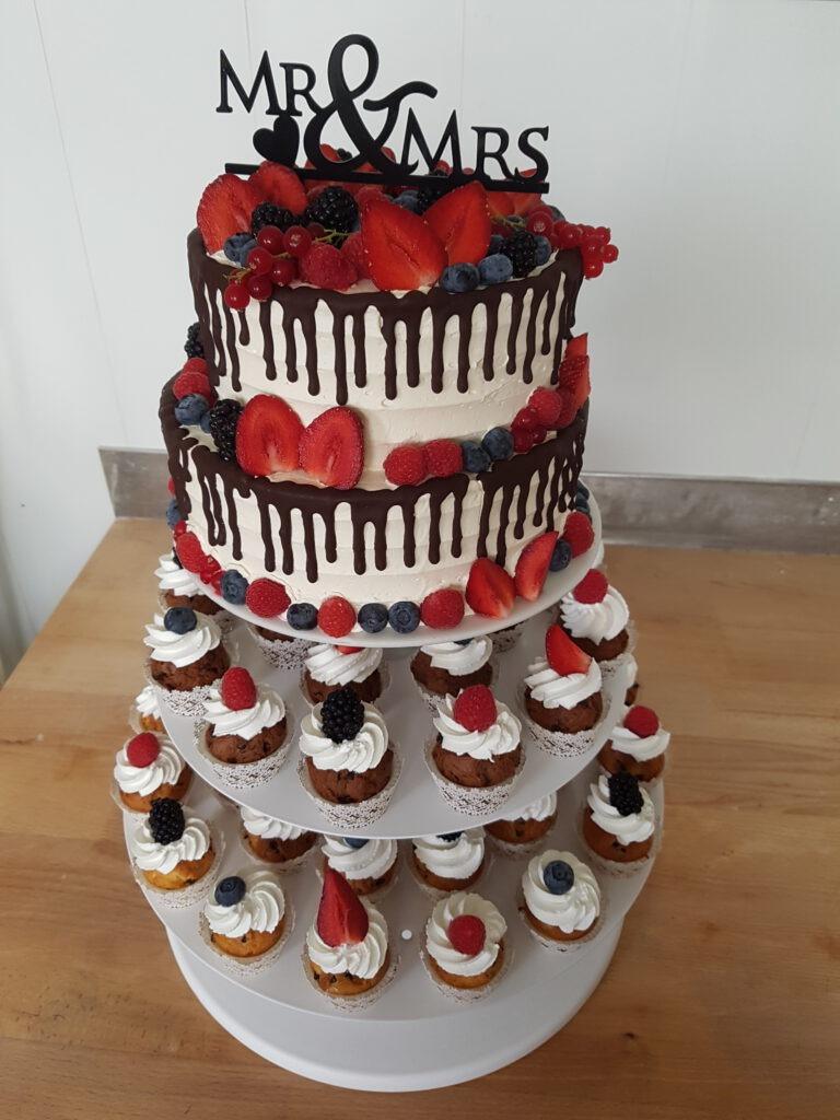 Hochzeitstorte Mr & Mrs mit extra Muffins und Beeren