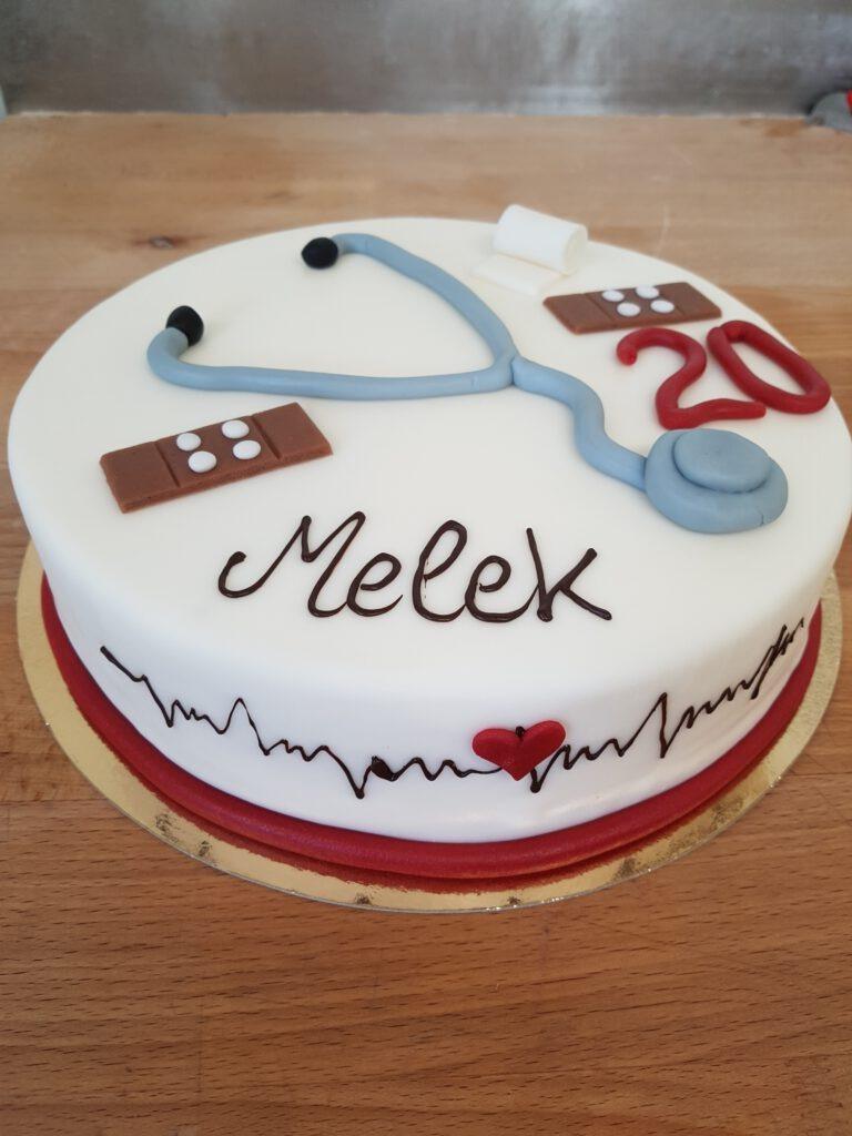 Geburtstagtorte mit Stethoskop und Pflaster
