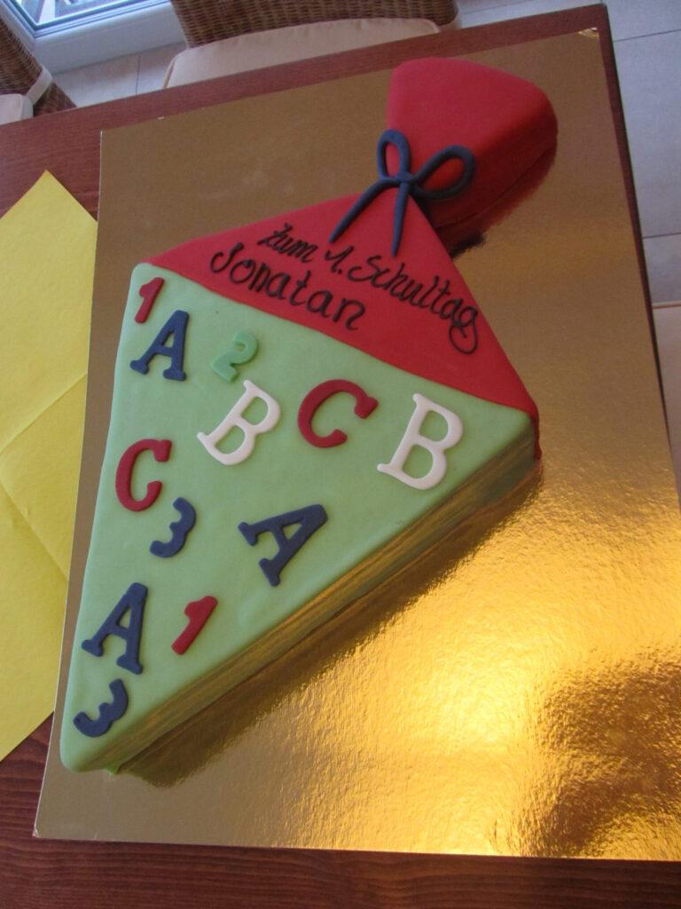 Torte als Schultüte mit Alphabet