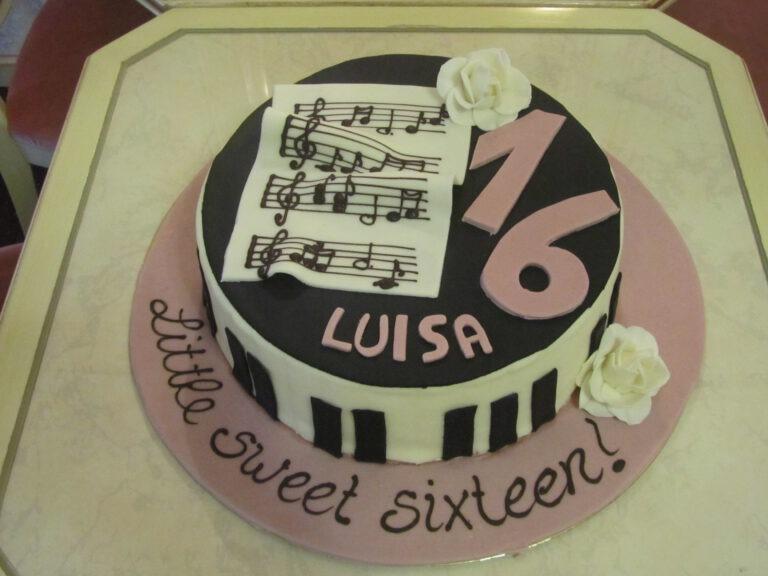 Geburtstagstorte mit Klaviertasten und Noten