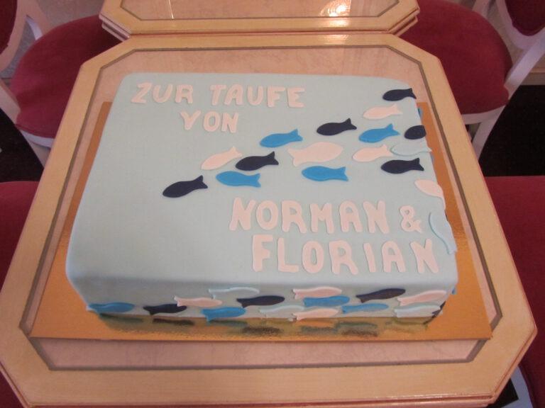 Torte zur Taufe mit Fischen in blau