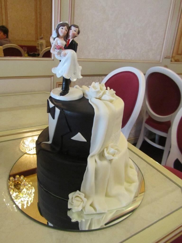 Hochzeitstorte mit Anzug&Kleid und Brautpaar