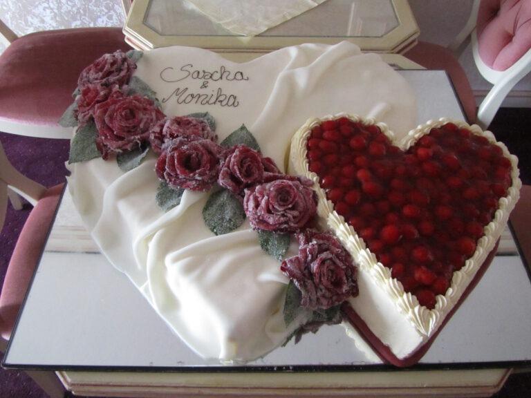 Hochzeitstorte in Doppelherzform und Beeren